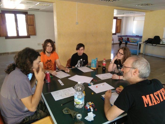 Grupo jugando a Cultos Innombrables