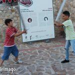 Niños divirtiéndose con las espadas